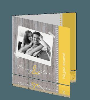 Hippe hout met geel trouwkaart met foto en hartjes. #trouwkaart #bruiloft #kaarten #fotokaart