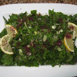 Salata Arabeasca de Rucola.  1 legatura de rucola( nume alternativ: rocca, jarjir)   2 fire de ceapa verde( sau o ceapa mica rosie)   sucul de la o lamaie   3 linguri ulei de masline   2 lingurite sumac   sare dupa gust