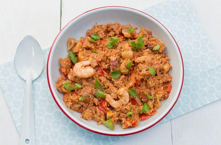 Met dit recept maak je een heerlijke Amerikaanse Jambalaya met rijst, paprika, chorizo en garnalen of kip. Binnen 35 minuten op tafel…
