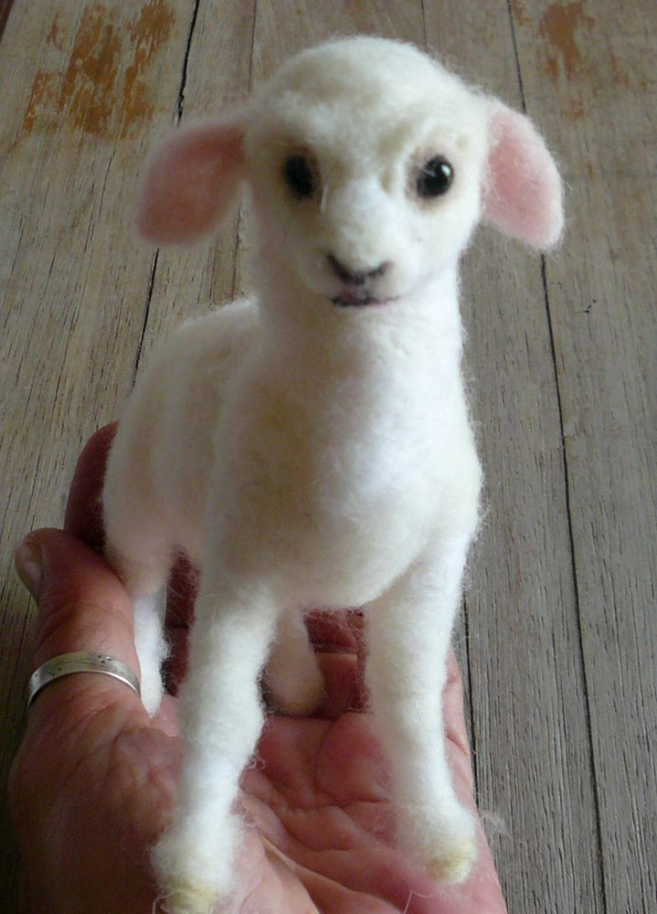 Needlefelted lamb https://www.facebook.com/Elinas-Felting-Art-141019159288321/timeline/