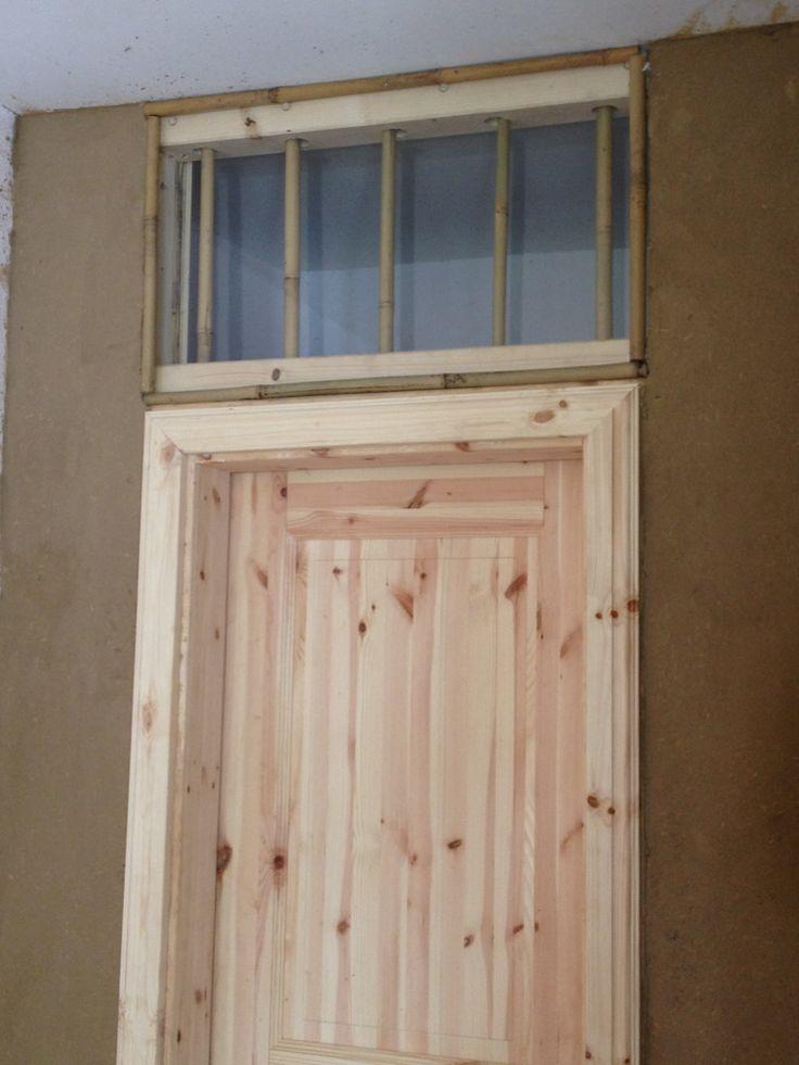 Lehmbau und Holzrahmenbau mit Bambus und Schilf : SStellen eines Holzrahmens mit Bambusständerwerk und Schilfmatten zum anschliessenden Aufbringen von Lehmputz. Innen-Türeinbau und Fenstereinbau