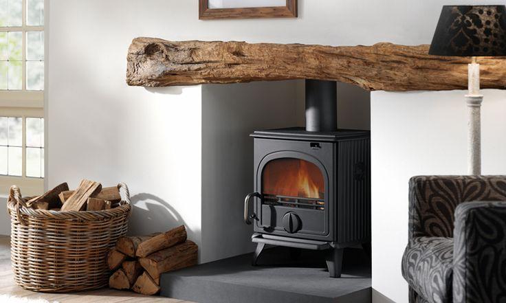 Mooie combinatie van houten stam met strak stucwerk. #gesloten houthaard DRU44MF