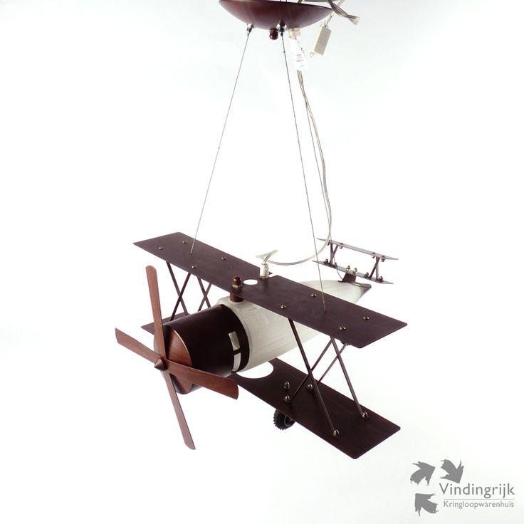 Mooie en originele lamp in de vorm van een vliegtuig. Deze lamp is van het merk Zharmel, type MD3119-1. Het frame, de vleugels en de propeller zijn gemaakt van metaal met houtlook. Het achterstuk dat tevens fungeert als kap, is van glas. Hierin bevindt zich de lamp die werkt met een grote fitting (E27). Deze leuke lamp is echt een aanvulling voor iedere jongenskamer.