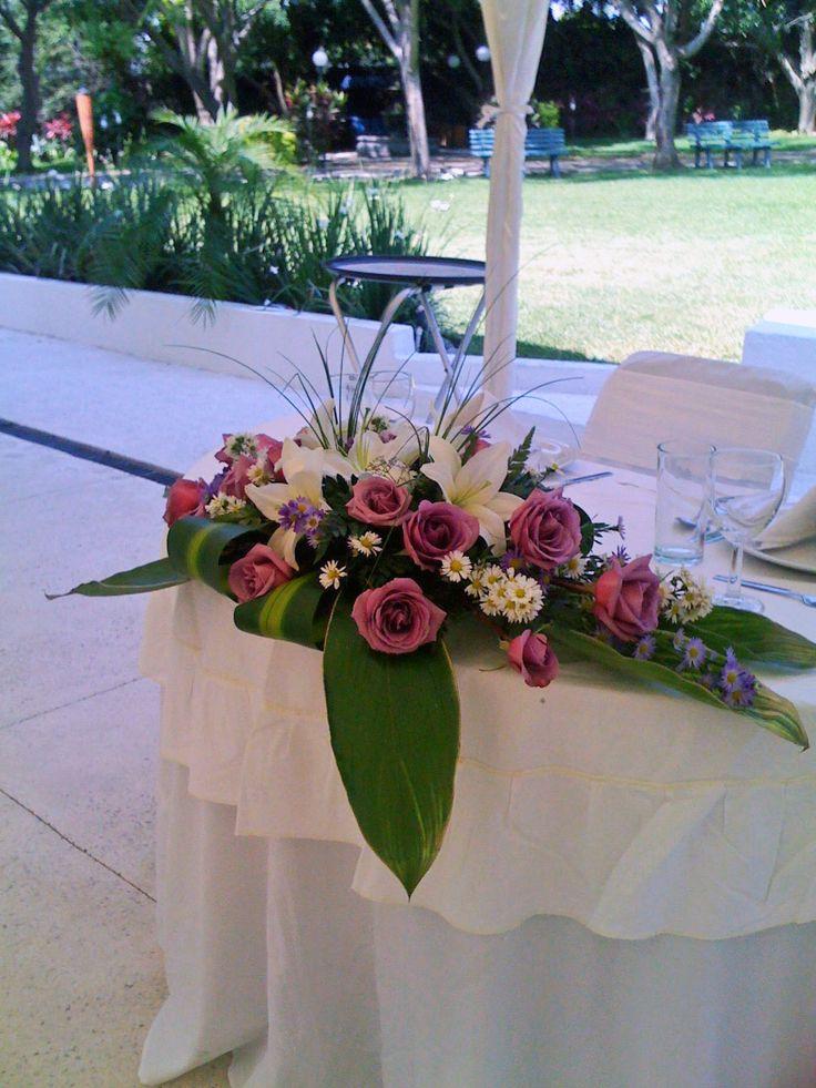 Rosas lila para mesa de novios de Florería el Paraíso en Quinta Pavo Real del Rincón. www.pavorealdelrincon.com.mx