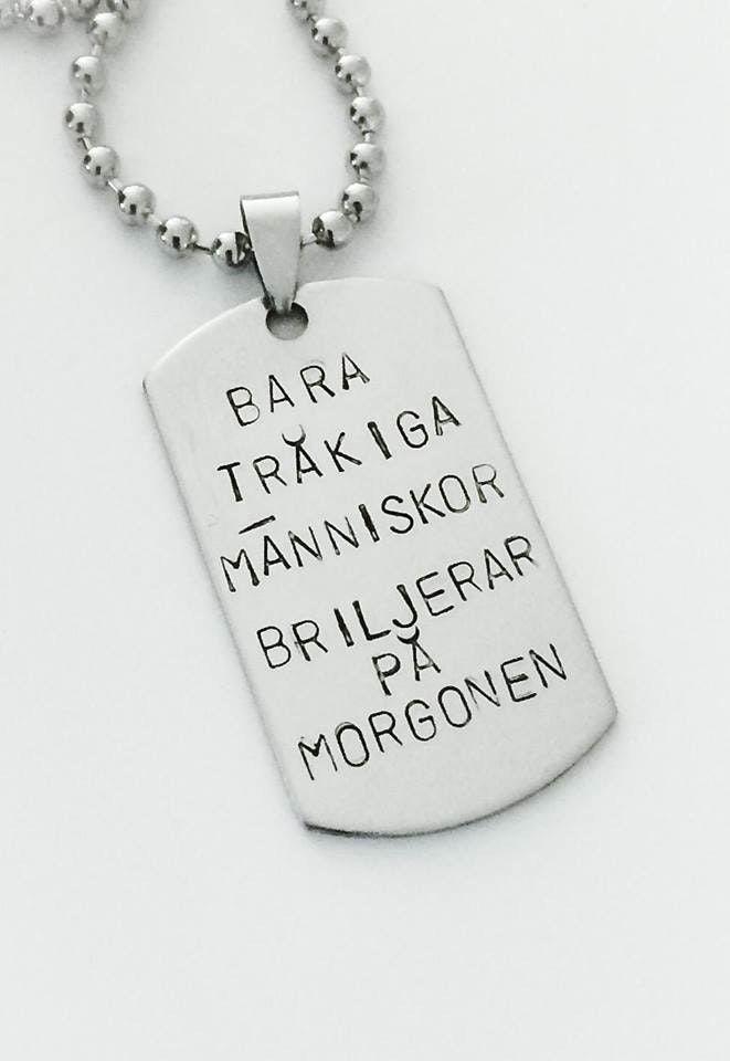 Produkten BARA TRÅKIGA MÄNNISKOR BRILJERAR PÅ MORGONEN säljs av SMOLK -Handstamped jewelry with a twist i vår Tictail-butik. Tictail låter dig skapa en snygg nätbutik helt gratis - tictail.com
