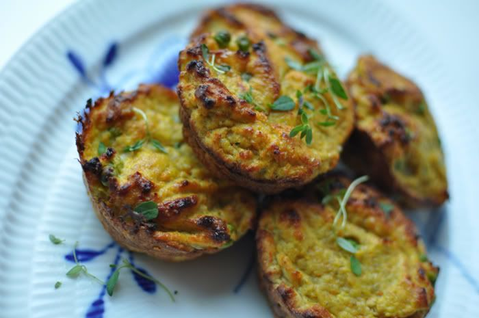 Cupcakes behøver ikke nødvendigvis at være søde og – let's face it – ikke særligt sunde. De her muffins er med kylling, gulerødder og ærter og kan spises morgen, middag og aften og er nemme at have med på farten eller i madpakken. God proteinrig snack, der nemt kan spises uden brød, hvis det er …