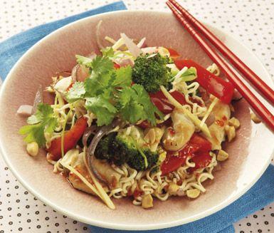 Ett underbart och snabblagat recept på kyckling med wokade grönsaker inspirerat från det asiatiska köket. Du gör nudelwoken av bland annat äggnudlar, broccoli, kyckling, paprika, ingefära, sweet chilisås och jordnötter. Mums!