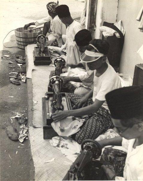 Kleermakers op straat, Bandung, Java, Indonesië (1933)
