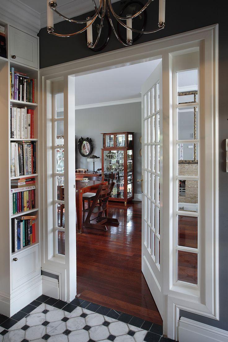 Przeszklone, białe drzwi - wejście do salonu