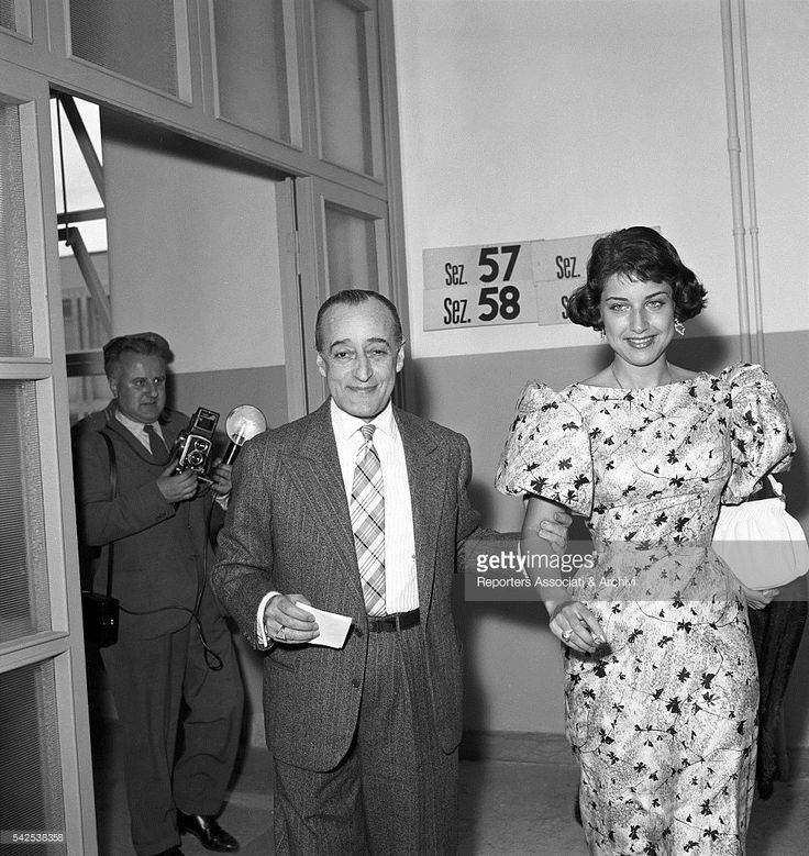 Italian actor Tot˜ (Antonio De Curtis) with his wife Franca Faldini voting for the election of the provincial council. Rome, 28th May 1956
