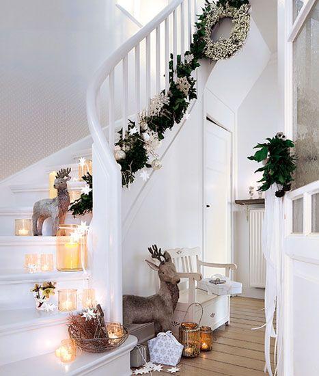 Las escaleras dan mucho juego para decorarlas con artículos navideños y alumbrarlas con velas y farolitos.