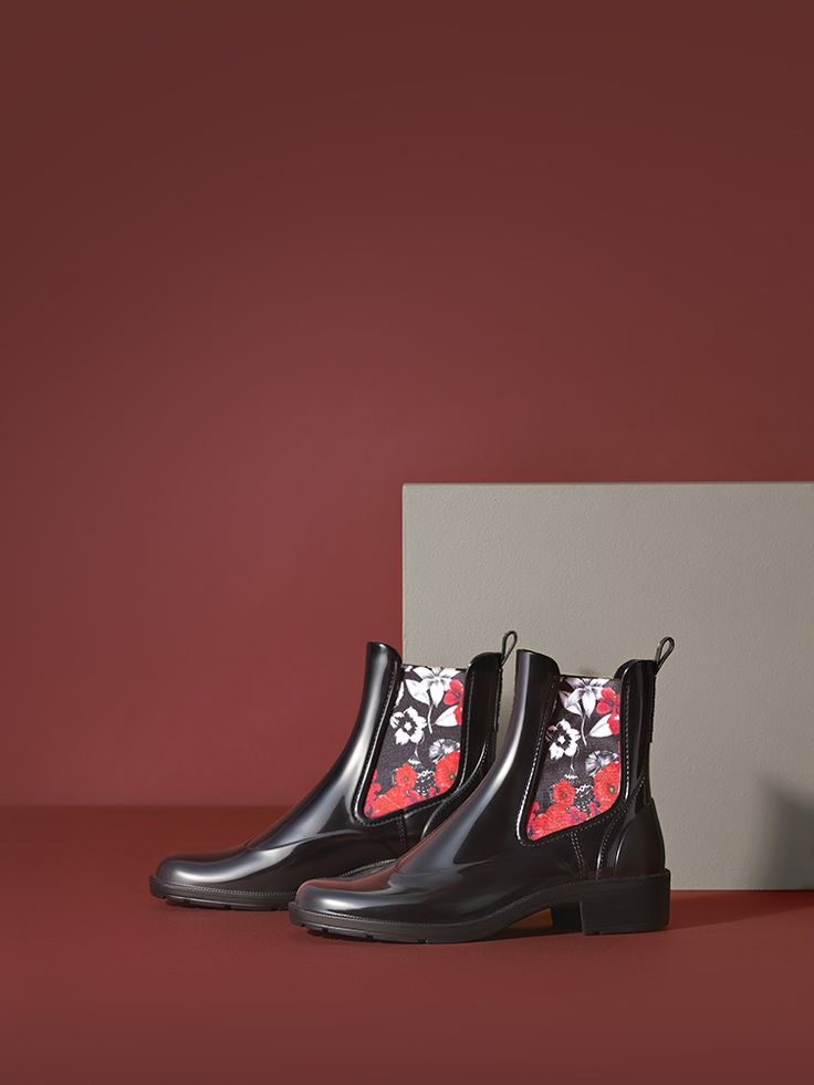 Desigual black patent and cozy ankle boots with stretch fabric at the sides. Discover new Desigual Women's Shoes collection and give your style a dash of uniqueness!