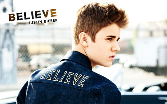 """Lançamento do CD Acústico  As fãs não perderam por esperar o CD acústico do Justin! """"Believe Acoustic"""" teve números impressionantes de vendas logo na primeira semana, ficou em primeiro lugar nas paradas de vários países e ainda fez Justin quebrar um recorde: ele se tornou a primeira pessoa com menos de 19 anos a ter 5 álbuns no topo da Billborad! Além disso, as músicas são incríveis! Uma das mais lindas é a que ele fez pensando em Selena Gomez, """"Nothing Like Us"""". Lindo <3"""
