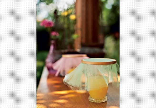 Receita mais fácil é impossível: pegue uma bela tina, adicione muito gelo, acomode as garrafas ou latas de bebidas e salpique-as com pedrinhas recheadas de flores do campo