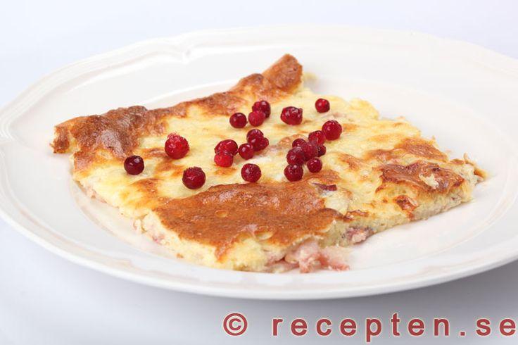 Recept på fläskpannkaka LCHF. Gott, mättande och enkelt med få kolhydrater. Innehåller ägg, grädde, bacon, keso och ost.