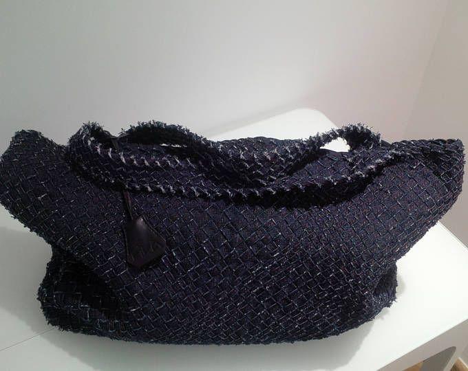 Borsa intrecci  grande borsa in tela jeans intrecciata a creare una trama volutamente non omogenea nelle dimensioni e dall'aspetto vintage. Attaccato al manico ho inserito una campanella in similpelle che costudisce una piccola chiave porta fortuna.