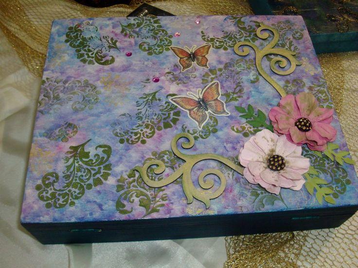 Pintada com tintas Acrilicas Nature Color.  Decorada com carimbos e elementos para scrap