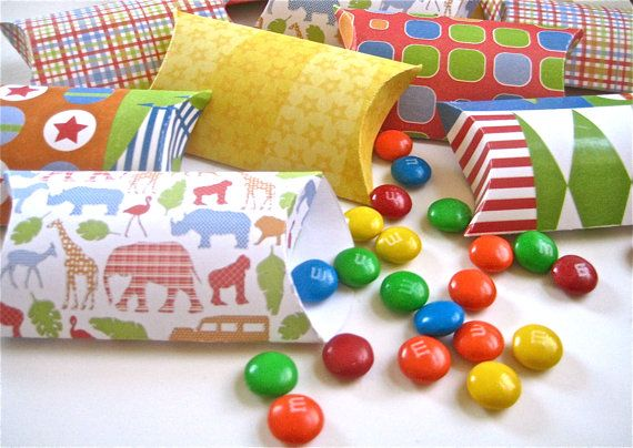 These retro gift boxes are a great way to neatly stash some candy treats in the favor bag.