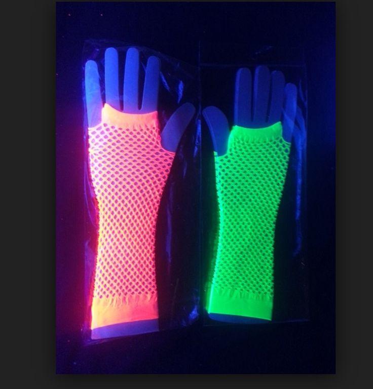 Lucas de meia arrastão nas cores neon (cítricas) que brilham quando o ambiente tem luz negra.