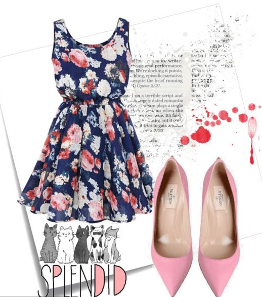 Синее платье с цветочным принтом и розовые туфли-лодочки