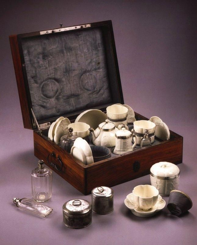 Nécessaire - Tea/coffee travel set, 1740-1750, France, Saint Cloud manufactured. Consisting of porcelain teapot, coffeepot, dishes with saucers, sugar bowl, milk jug, metal canisters and glass containers (for tea leaves, coffee, milk, sugar ?), all in lined wooden box.  | Centre de documentation des musées - Les Arts Décoratifs