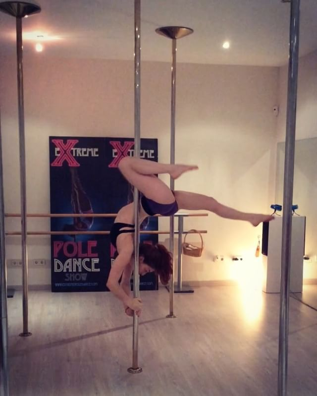 A tiny combo I taught last month in @extremepoledance for my tuesday girls =) #poledance #PoleFiction #polefictionclass #polefictionsplits #splits #flexy #flexibility #pdsplits #pdcombo #polecombo
