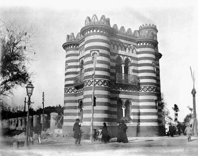 Mandado a construir en 1890 por El Duque de Montpensier, con la finalidad de alojar al Guarda de los jardines de palacio; terminado en 1893 quedando en una esquina de los jardines y adosado a sus verjas. https://es.foursquare.com/item/512a4fa0e4b01eb938caa5e1