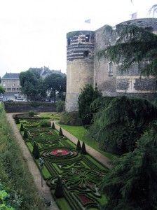 """Jardin à la française dans les douves du château d'Angers (49).- L'instruction de Fouquet: Colbert fait également analyser tous les comptes et tous les registres de finances saisis, afin d'y chercher des éléments de preuves contre Fouquet. Derrière un miroir, à St-Mandé, on découvre le """"plan de défense"""" de Fouquet: il s'agit d'instructions en cas de crise, rédigées par Fouquet lui-même en 1657, à l'époque où il croit que Mazarin à juré sa perte."""
