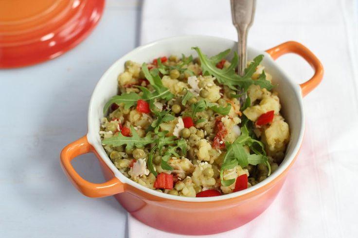 Zomerstamppotje met rucola, zongedroogde tomaatjes en doperwtjes of tuinbonen. Lekker met kip met een krokant laagje