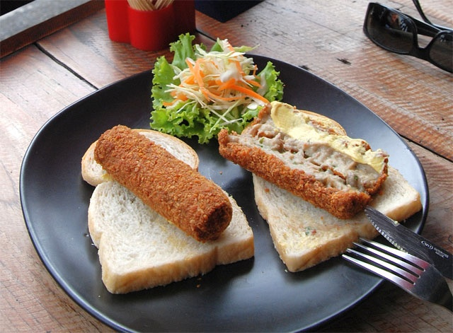 this is how Dutch people like eating their kroketten: with bread and mustard.