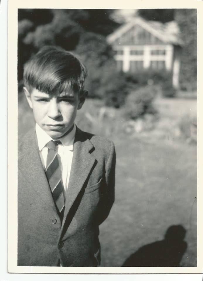 """Stephen Hawking: """"Când am împlinit 13 ani, tata a insistat să intru la Westminster School, una dintre cele mai cunoscute şcoli particulare din Marea Britanie. La vremea aceea învăţământul depindea de clasele sociale, iar tata simţea că privilegiile sociale pe care mi le putea oferi şcoala reprezentau un mare avantaj în viaţă. Tata era convins că lipsa lui de încredere în sine, dar şi lipsa de relaţii sus-puse ex plicau faptul că persoane mai puţin înzestrate decât el îl depăşiseră în…"""