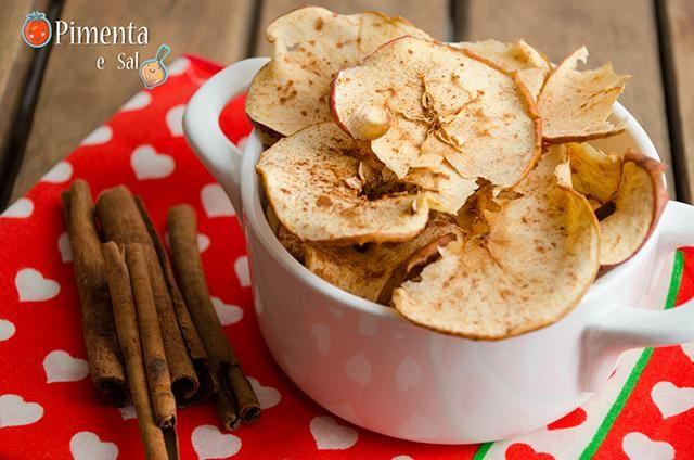 Maçã desidratada, também conhecida como chips de maçã é uma excelente para comer de lanche, levar na bolsa para o trabalho ou a qualquer hora do dia. Muito simples de se fazer em casa não leva nada de conservantes e açúcar como as industrializadas. Leve e saudável.