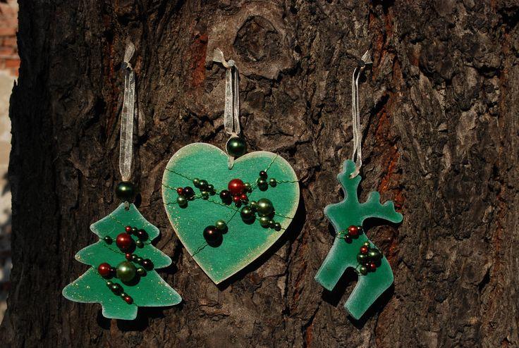Vánoční+ozdoby+-+perličky+001+Vánoční+ozdoby+z+překližky.+Ručně+malované+z+obou+stran.+Opatřené+jemnou+bílou+patinou+a+perletí.+Dozdobené+barevnými+perličkami.+Stužka+na+zavěšení.+Vhodné+na+ozdobu+vánočního+stromečku,+ale+i+pro+jakoukoliv+vánoční+dekoraci.+Set+obsahuje+3+ks+(1x+stromeček,+1x+sob,+1x+srdce).+Rozměry+cca:+7+cm+barva:+zelená+Každý+kus+je+ručně...