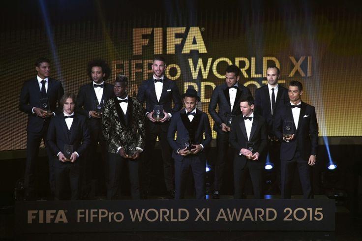 Seleção do ano de 2015 da Fifa, com (em cima da esq. à dir.) Thiago Silva, Marcelo, Sergio Ramos e Iniesta. Em baixo (da esq. à dir) Luka Modric, Pogba, Neymar, Messi e Cristano Ronaldo. O goleiro Neuer não esteve presente na cerimônia