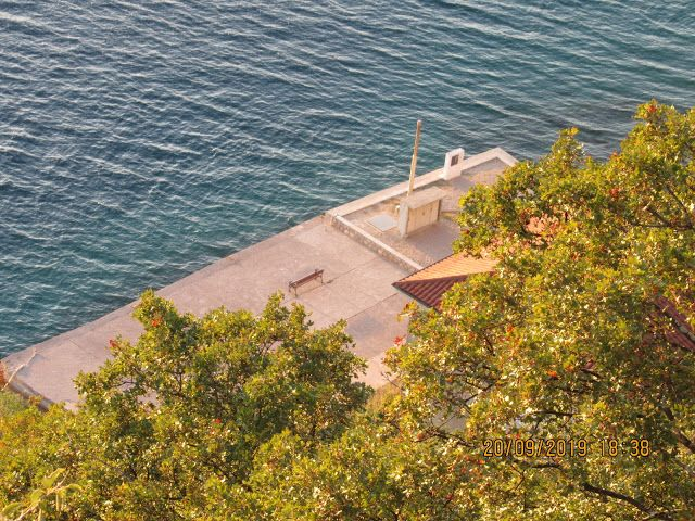 Dubec Naturpark in Omisalj – Foto von oben, auf dieser Bank hatten wir am Meer P …   – Unsere Reisen