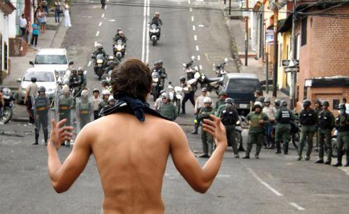 VENEZUELA LUCHA SOLA CONTRA LA INTERNACIONAL COMUNISTA QUE PROMUEVEN VLADIMIR PUTIN DE RUSIA Y LOS HERMANOS CASTRO DESDE CUBA Y EL NICOLÁS MADURO COMO SU TITERE EN VENEZUELA.