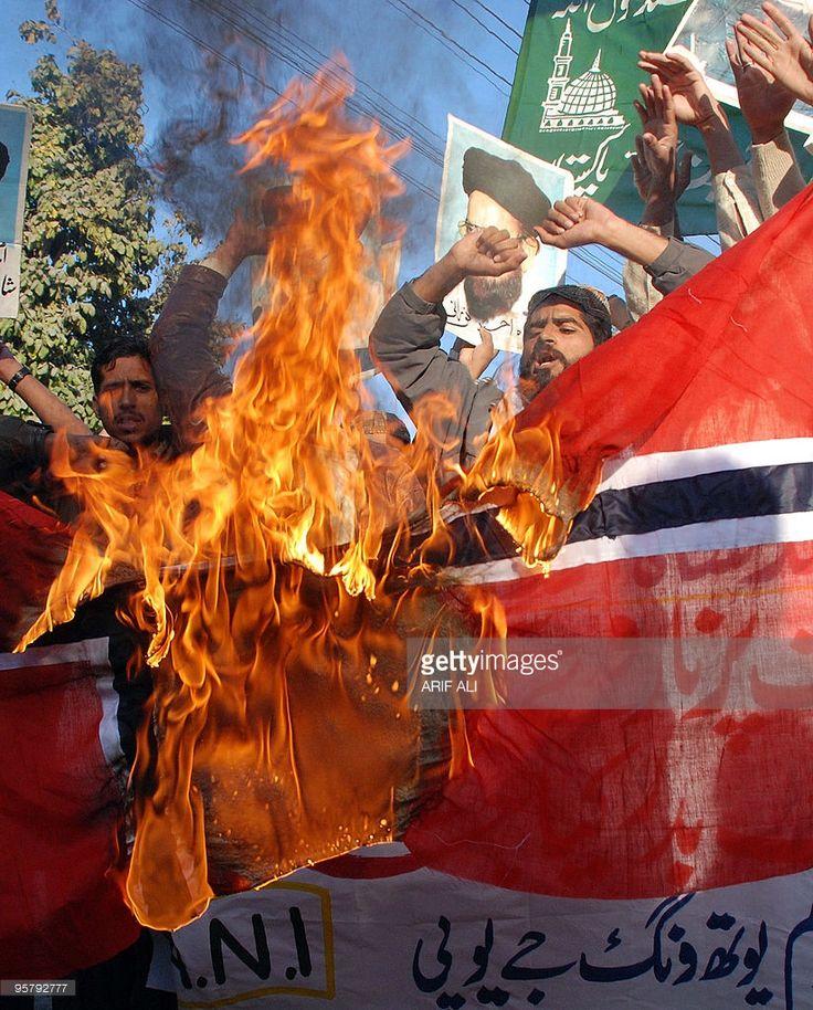Islamisten verbrennen norwegische Fahne