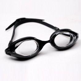 Longsail Okulary Longsail to nowe gogle z korekcją z przeźroczystymi szkłami. Są to wysokiej jakości okulary do pływania dla dorosłych. Dostępne z różnymi mocami dla oka lewego jak i prawego. Szkła wykonane z wytrzymałego na zadrapania plastiku, pokryte warstwą przeciw parowaniu Anti-fog oraz z 99% filtrem przeciw promieniowaniu UV.