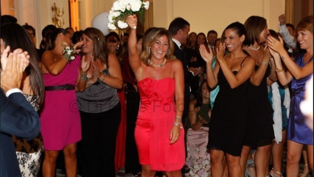 Fotografi matrimonio Napoli. Tradizioni di nozze. Il lancio del bouquet.