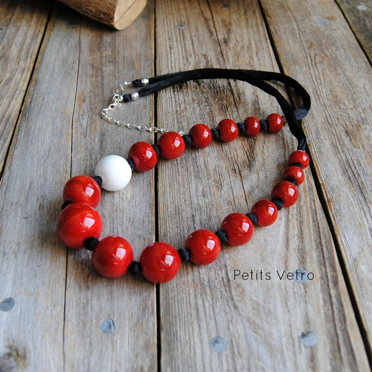 Collana con perle in vetro di murano rosso sangue, perla in vetro bianco e raso nero. di LampworkAndMore su Etsy  #petitsvetro #lampwork #handmade #lampworkbeads