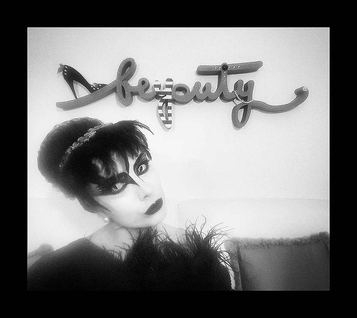 #HowToBeBeyouty Matita nera fondotinta bianco e il gioco è fatto :) Pochi minuti per essere al top per il tuo #Halloween. Mi sono trasformata in un cigno nero provaci anche tu ;) Make Up // Thanks to @vormakeup  Hair // Thanks to @Ktimehairspa  https://youtu.be/YgMCdhfz0S0  www.beyouty.me #Beyouty #VitaDaLookmaker #MakeUP #Hair #halloween16