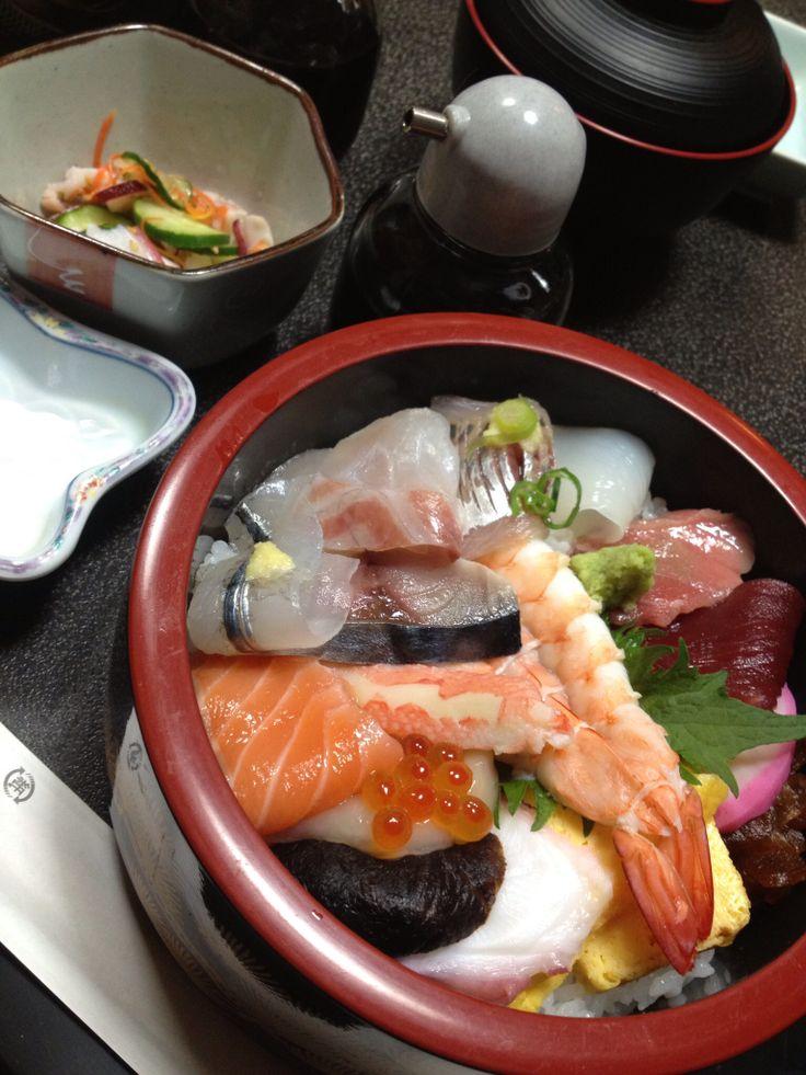 いそぎんちゃくのみんなと合宿した時のお寿司。すごく美味しかった!!!みんな握りなのに私ひとりだけちらしを頼みましたw