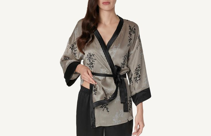 Chic Frou-Frou Silk Kimono for sale on Official Intimissimi online shop. Discover all the latest products and buy them on the Intimissimi online shop.