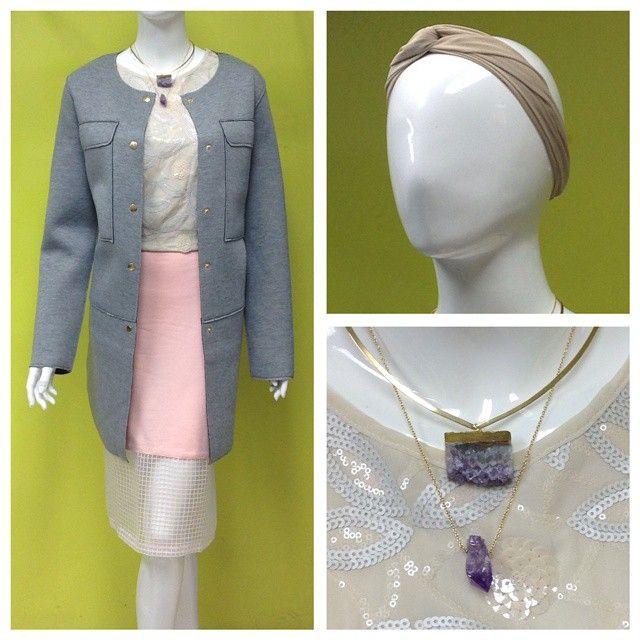 Accesorios de @alejandramakar , turbante de @tupachamama , abrigo oversize gris en neopreno, blusa con lentejuelas mate y falda rosa con transparencia #amolapeli #chic #instafashion #ootd