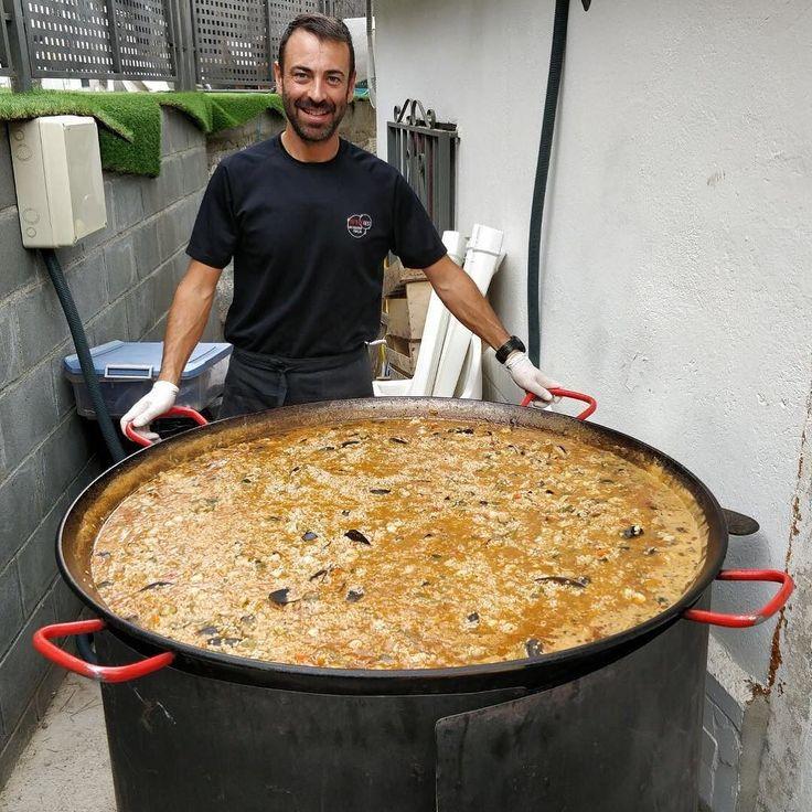 #InstagramELE #cultura  Quizás la paella es el plato más conocido de la gastronomía española. En casa se suele comer los domingos en familia y los restaurantes la suelen incluir los jueves en sus menús del día. Este cocinero hizo esta paella para 50 personas en la fiesta de cumpleaños de un amigo #paella