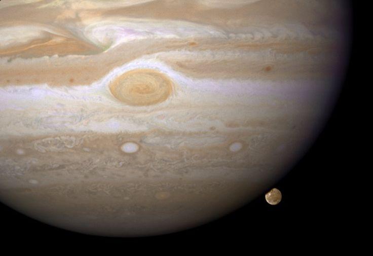 Największy księżyc Jowisza, Ganimedes, zachodzący za ciemną stronę największej planety Układu Słonecznego.