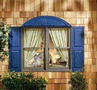 Синие деревянные ставни на окнах