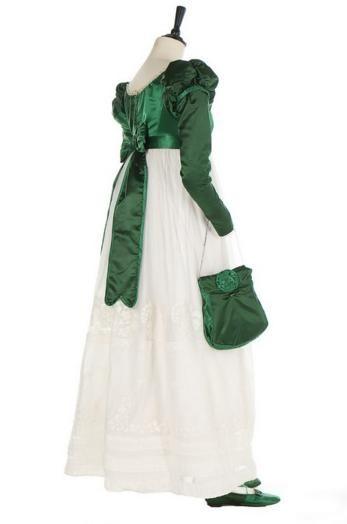 Ансамбль для прогулок: лиф-спенсер из зелёного атласа двух оттенков, юбка из белого хлопка, сумочка-ридикюль, атласные туфли на плоской подошве. Франция, около 1820 г.