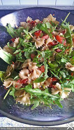 Italienischer Nudelsalat mit Rucola und getrockneten Tomaten