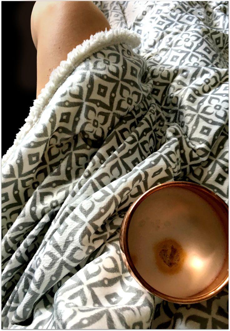 Probier's mal mit Gemütlichkeit :-) Mit der Decke aus Lammfellimitat wird jeder Abend zum kuscheligen Highlight. Verschiedene Farben erhältlich.
